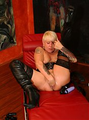 Kinky mature nympho fisting herself
