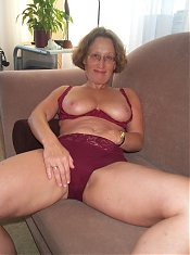 This older slut loves to show off her body